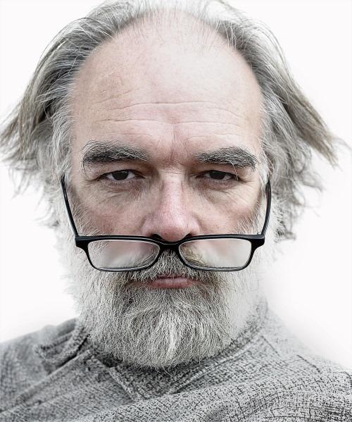 alter mann mit briller Zertifikate im Online Marketing Warum?