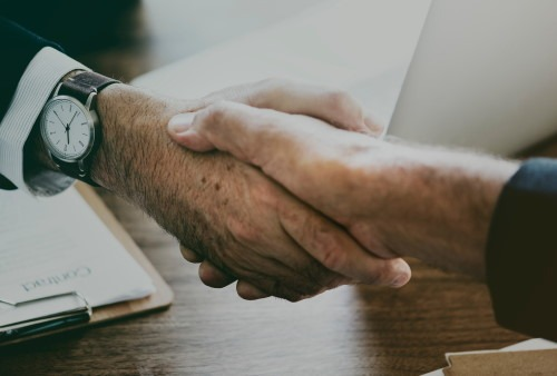 partner hand schuetteln deal Zertifikate im Online Marketing Warum?